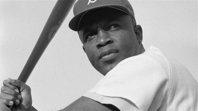 Le joueur de baseball montréalais Jackie Robinson, ici photographié en 1954, fait partie de ceux dont le nom a été soumis à la Commission de la toponymie du Québec.   Photo : Bob Sandberg / Bibliothèque du Congrès des États-Unis