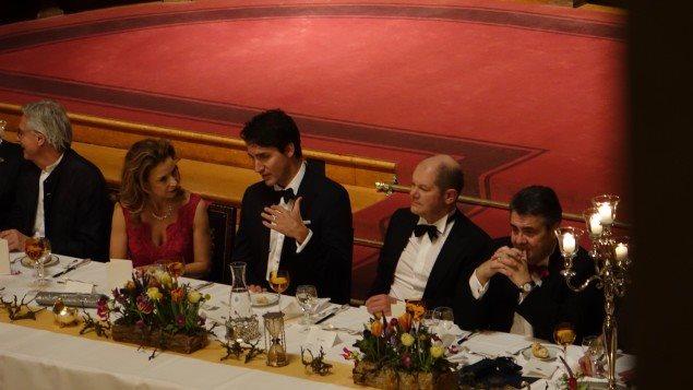 رئيس الحكومة الكندية جوستان ترودو في دردشة مع زوجته صوفي غريغوار خلال العشاء الذي ضمهما إلى الساسة وأصحاب الأعمال الألمان في هامبورغ يوم الجمعة 17 شباط (فبراير) الجاري
