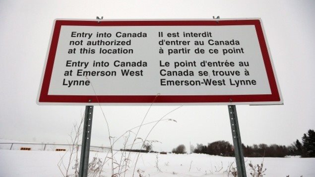 لوحة قرب قرية إيمرسون في أقصى جنوب مقاطعة مانيتوبا تنبه إلى حظر عبور الحدود الكندية الأميركية دون المرور بمركز حدودي
