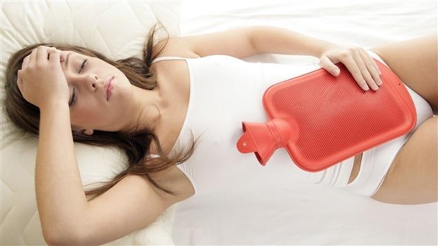 Une femme souffrant de douleurs menstruelles