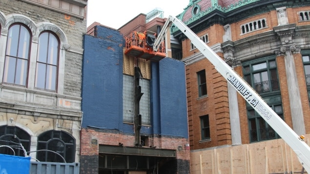 L'enseigne de l'ancien cinéma de Paris a été retirée.
