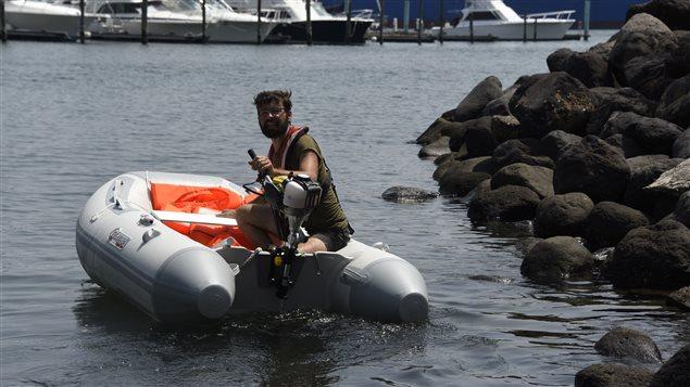 Efectivos militares vigilan el accionar de la embarcación.