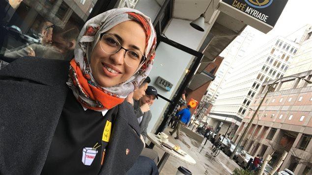 Chaima Ben Hadj, devant le Café Myriade à Montréal.