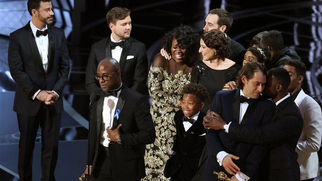 Le réalisateur Berry Jenkins et une partie de la distribution du film <em>Moonlight</em> reçoivent le prix du meilleur film à la 89e cérémonie des Oscar.