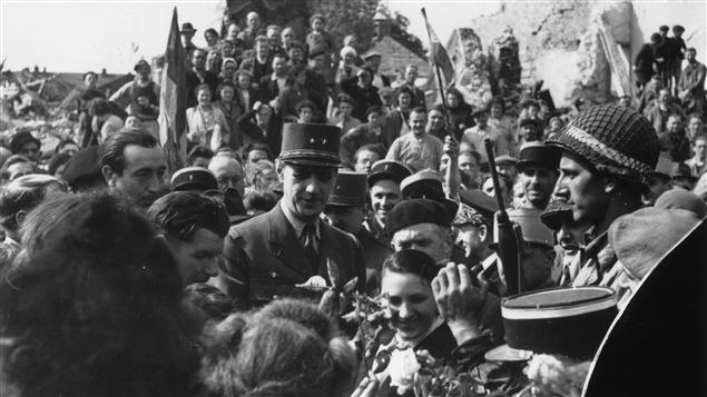 Le général Charles de Gaulle célèbre la libération de Paris en compagnie de ses compatriotes, en 1944.