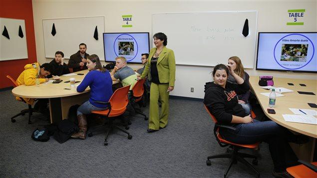 Luz Janeth Ospina en una aula de clases con sus estudiantes.