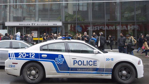 عناصر الشرطة أمام جامعة كونكورديا