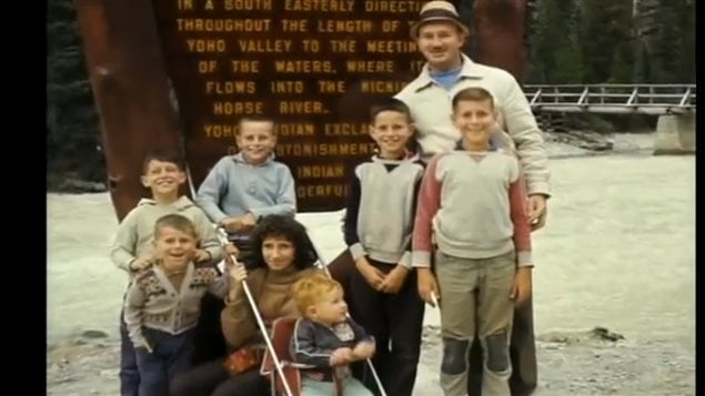 Ken Leishman, well-liked family man, here with his wife and seven children, but the mastermind of the most daring robberies and jailbreaks in Canadian history. © Telefilm Canada