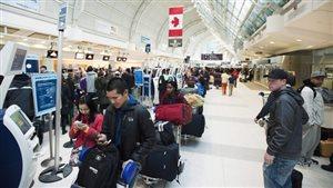 Des passagers à l'aéroport Pearson de Toronto.