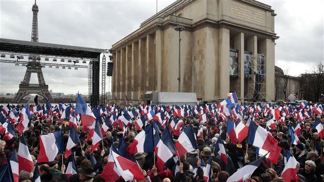 Rassemblement pour appuyer le candidat à l'élection présidentielle française François Fillon, du parti Les Républicains, le 5 mars 2017 sur la place du Trocadéro, face à la Tour Eiffel à Paris.
