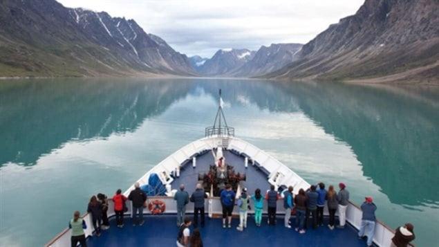 Le navire, un vieux brise-glace de la Garde côtière canadienne, sera peint pour refléter les couleurs du drapeau canadien.