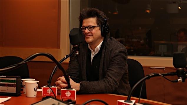 Le metteur en scène Dominic Champagne au micro de Médium large
