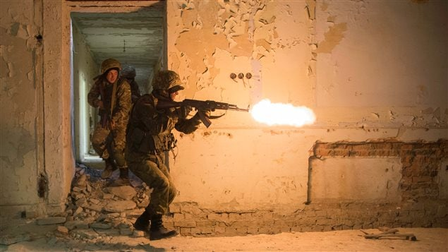 4 November 2015 – A Ukrainian soldier engages a target as part of the urban warfare training (a component of small team training) provided by Canadian military personnel during Operation UNIFIER at the International Peacekeeping and Security Centre (IPSC) in Starychi, Ukraine. (