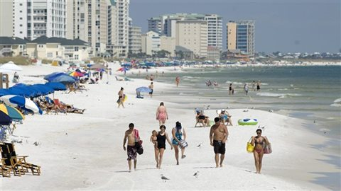 Les Québécois aiment beaucoup les plages de la Floride l'hiver. Dans l'ouest du Canada, les Canadiens choisissent des destinations différentes comme l'Arizona ou Haiwaï.Photo Credit: PC / AP Photo/Northwest Florida Daily News, Devon Ravine