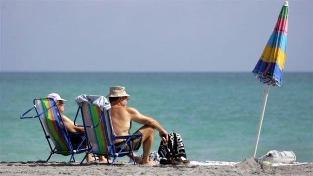 Les Canadiens Gilles Dupont, à gauche, et Monique Dupont à droite, à Dania Beach, en Floride. Un projet de loi bipartite actuellement devant le Congrès américain permettrait aux Canadiens âgés de plus de 55 ans de rester au sud de la frontière pendant huit mois par an . (Marsha Halper / The Miami Herald / Associated Press)