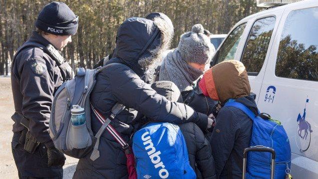 De plus en plus de gens traversent la frontière pour venir demander le statut de réfugié au Canada.