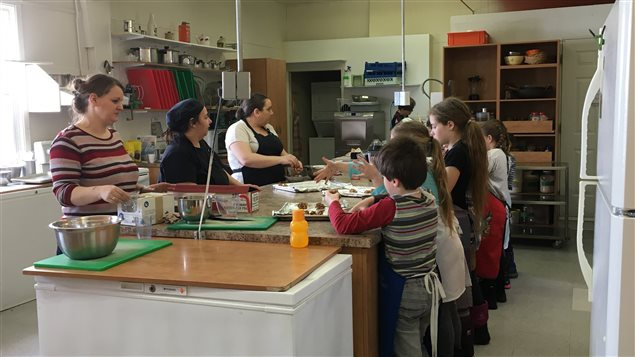 Archives au coeur du monde ici radio canada premi re for Offre d emploi cuisine collective