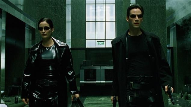 Carie-Anne Moss et Keanu Reeves dans une scène de la trilogie <i>La matrice</i> (1999-2003), des sœurs Lana et Lilly Wachowski, qui explore la théorie voulant que notre monde soit simulé.