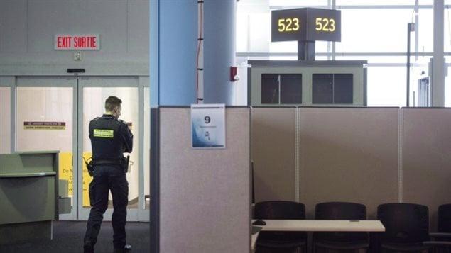 Douanier américain en sol canadien dans un de nos aéroports. (Darren Calabrese/Canadian Press)