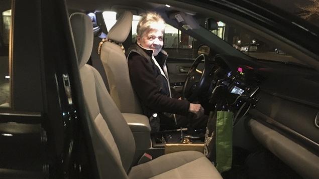 Ginette Ampleman au volant de son taxi