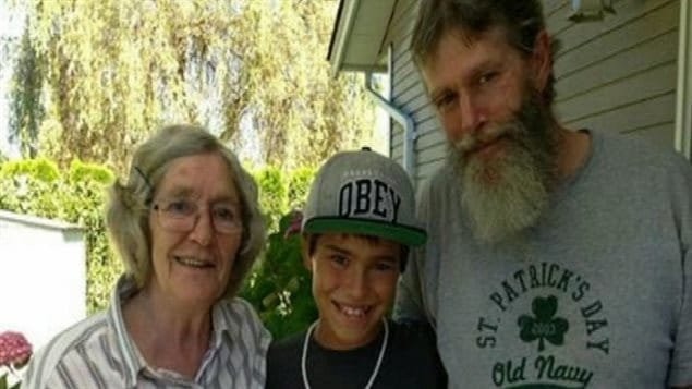 Len Van Heest, à droite, son grand-neveu, Kaine Miranda, et sa mère, Trixie Van Heest. (Nouvelles CHEK)