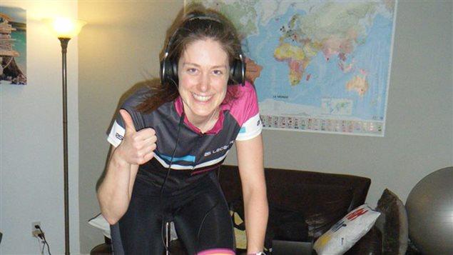 L'utracycliste Jessica Belisle sur son vélo d'intérieur