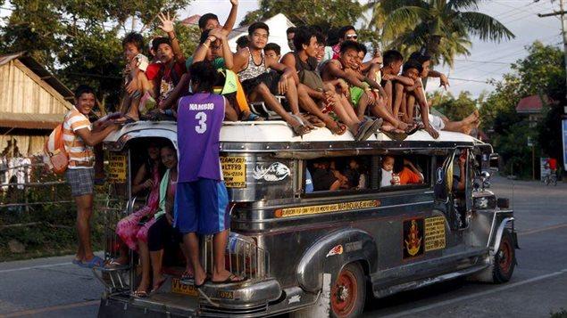 Les Jeepneys sont un moyen de transport en commun très populaire aux Philippines. Ce sont à l'origine des Jeeps abandonnées par l'armée américaine à l'issue de la Seconde Guerre mondiale, réputées pour leurs décorations flamboyantes et le nombre impressionnant de passagers qu'elles peuvent transporter.