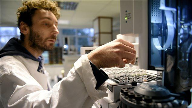 Technicien dans un laboratoire antidopage.