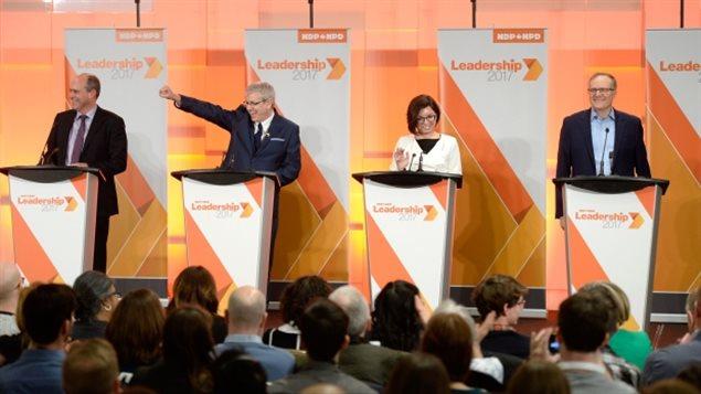 De gauche à droite: Guy Caron, Charlie Angus, Niki Ashton et  Peter Julian au premier débat de la course au leadership du NPD fédéral, à Ottawa, le dimanche 12 mars 2017.