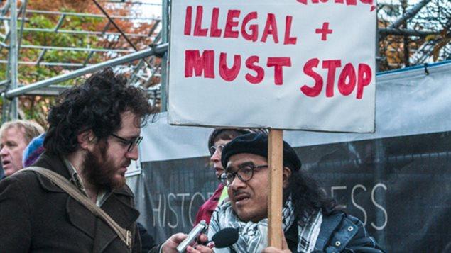 Raúl Gatica durante protesta en Vancouver.
