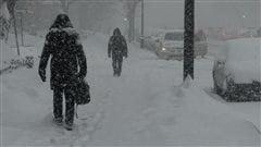 Des piétons marchant dans les rues enneigées de Montréal