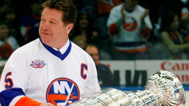 Denis Potvin dans l'uniforme des Islanders de New York avec la Coupe Stanley