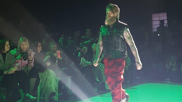 Un homme porte des vêtements du designer Evan Biddell.
