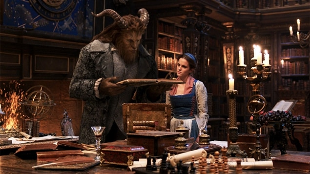 Dan Stevens et Emma Watson dans <i>La belle et la bête</i>, de Bill Condon