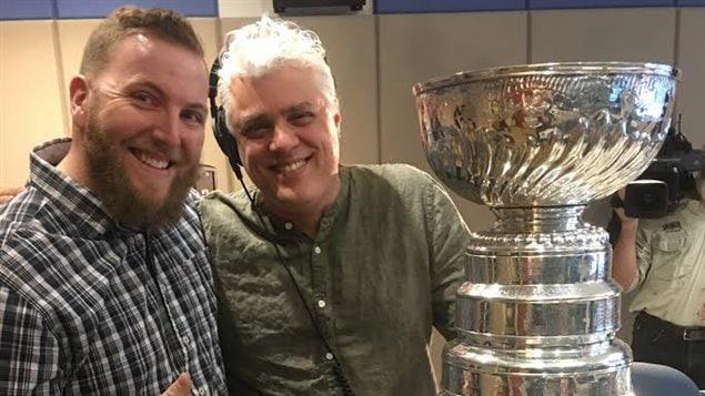 Guillaume Charbonneau et Philippe Marcoux avec la coupe Stanley.