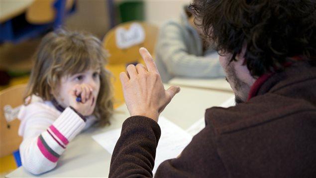 Une jeune fille malentendante apprend le langage des signes