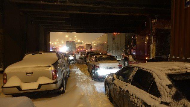 Une tempête a causé de nombreux incidents sur l'autoroute 13, mardi soir (14 mars 2017) , à Montréal.