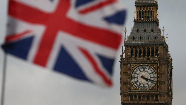 Le drapeau britannique flotte devant le parlement britannique