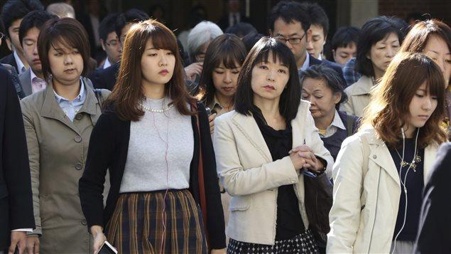 Des piétons dans les rues de Tokyo. pendant l'heure de pointe.