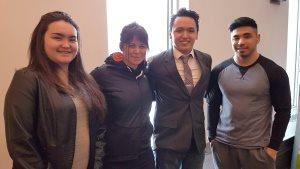 Samantha Leclerc, Lucasie Amamatuak et Larry Thomassie posent à Montréal le 14 mars (enseignante) Maggie MacDonell (deuxième à partir de la gauche) et les élèves (de gauche à droite) (Commission scolaire Kativik)
