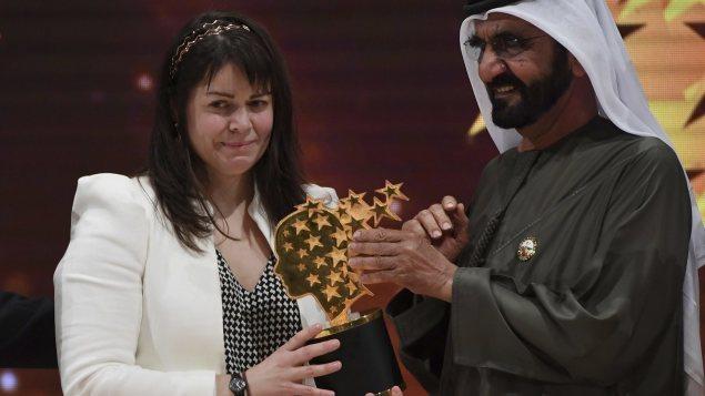L'enseignante Maggie MacDonnell reçoit son prix des mains de Sheikh Mohammed bin Rashid Al Maktoum Photo : La Presse canadienne/AP/Martin Dokoupil