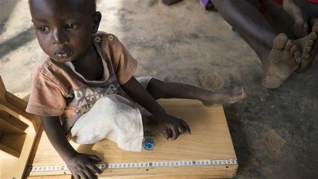 Jeune enfant recevant les soins du personnel de l'UNICEF.