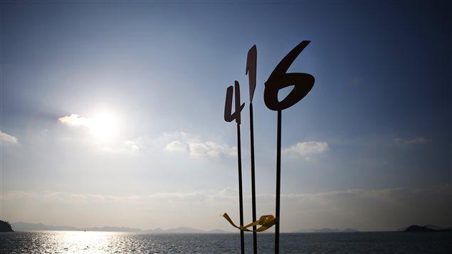 Escultura que simboliza el 16 de abril, día del nafragio del ferri Sewol en 2914, en homenaje a las víctimas.
