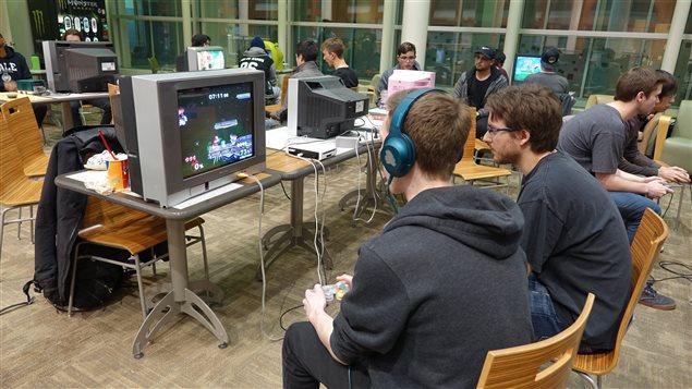 Deux fois par semaine une quarantaine de personnes se rassemblent à l'Université de Calgary ou Mount Royal pour jouer aux jeux vidéo.