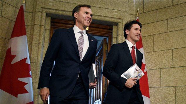 Le ministre des Finances Bill Morneau et le premier ministre canadien Justin Trudeau tiennent des copies du budget fédéral, à Ottawa.