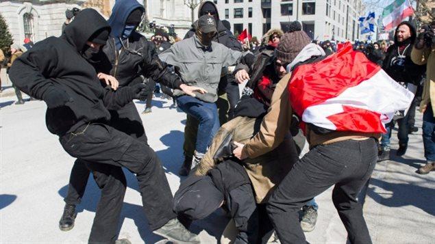 Des manifestants se heurtent à une manifestation contre la motion anti-islamophobie à Montréal le 4 mars. Plusieurs manifestations et contre-protestations ont eu lieu à l'échelle du pays cet hiver. (Graham Hughes / Presse canadienne)