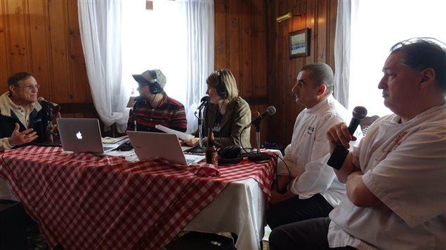 À droite de la table, les chefs Serge Rourre et Jean-Claude Chartrand, ainsi que l'acériculteur Mario Beauregard