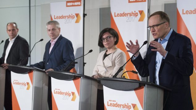 [De gauche à droite] Guy Caron, Charlie Angus, Niki Ashton et Peter Julian ont pris part à un deuxième débat, à Montréal, dans le cadre de la course à la direction du NPD.