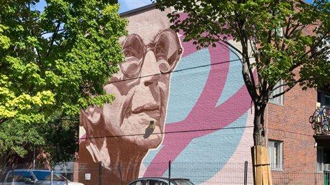 Une murale rendant hommage à la comédienne québécoise Janine Sutto a été dévoilée en octobre dernier dans l'arrondissement de Ville-Marie, à Montréal.