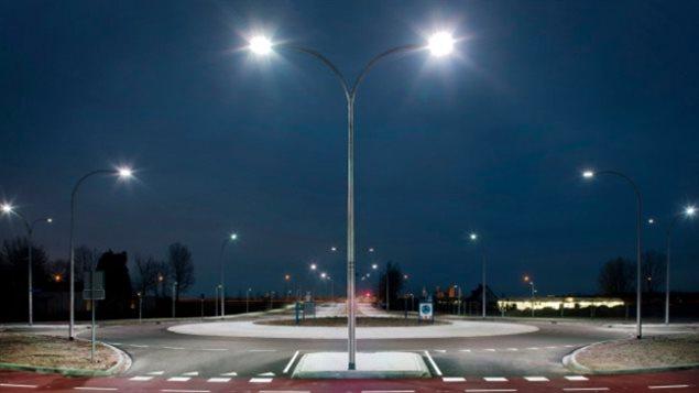 L'éblouissement de la lumière bleue produite par des lampes à DEL de 4000 K peut NOTAMMENT entraîner un vieillissement de la rétine, selon certaines études.